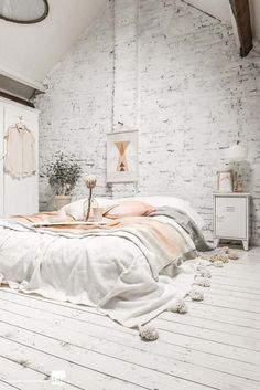 Modernes Schlafzimmer Wand Dekorieren Holz Wandplatten Gold Braun Abstrakt Schwarze Pendelleuchten  | Schlafzimmer | Pinterest | Schlafzimmer Dekorieren, ...
