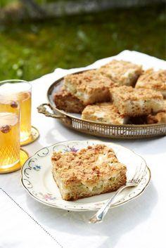 Mehevä raparperipiirakka   Maku Swedish Recipes, Sweet Recipes, Crumble Pie, Rhubarb Crumble, Baking Recipes, Cake Recipes, Frozen Cheesecake, Sweet Pie, Pie Dessert