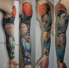 Impresionante tatuaje con motivos astronómicos