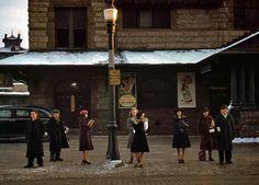 1941. Лоуэлл, штат Массачусетс Пассажиры, которые только что сошли с поезда, в ожидании автобуса домой