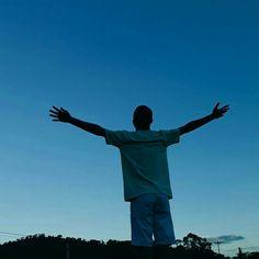 De braços abertos oferecidos Aproximo-me do céu com GRATIDÃO! 🌌🌌 #goodvibes #heaven #sky