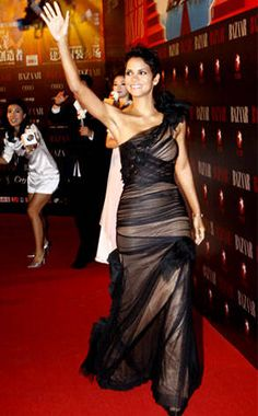 High Fashion from Fashion Spotlight: Halle Berry The actress rocks Vera Wang again, this time in the form of a black-and-nude tulle gown for Bazaar magazine's charity event in Shanghai. Halle Berry Style, Halle Berry Hot, Halle Berry Pixie, Hale Berry, Celebs, Celebrities, Sexy Dresses, Lady, Strapless Dress Formal
