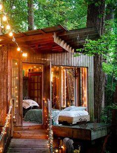Cet éclairage créé avec des guirlandes électriques nous donne envie de visiter la cabane de jardin en bois ! Crédit photo : Pinterest/PureWow