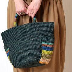 Crochet Baby Dress Pattern, Crochet Clutch, Crochet Handbags, Knit Crochet, Crochet Patterns, Crochet Cushion Cover, Crochet Cushions, Crochet Beach Bags, Creative Bag
