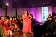 La mannequin grande taille Rosie Mercado défile contre le cancer du sein à la Full Figured Fashion Week 2013 #plussize #psfashion  #fffweek Plus size model Rosie Mercado