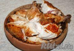 Готовые кусочки уложить в специальную грузинскую глиняную сковородку (форму), которая называется кеци. За неимением такой сковородки (формы) воспользуйтесь любой другой формой. Camembert Cheese, Food And Drink, Meat, Easy Meals, Cooking