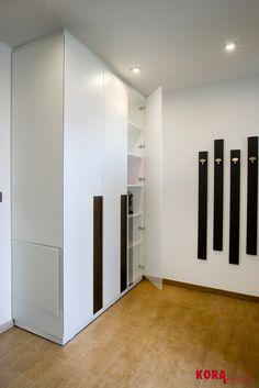 Vstavaná skriňa v vstupnej chodbe/ Wardrobe in the corridor.