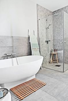 GRÅTONER: Det delikate badet er innredet i grått og hvitt. Frittstående badekar gir et luftig og moderne uttrykk.