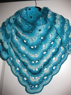 German Scalloped Triangle Shawl - Crochet (in german and english with pictures)