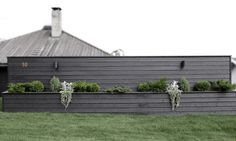 [On aime] Diy flower box wall - Stylizimo Fence Design, Garden Design, Diy Design, Design Ideas, Back Gardens, Outdoor Gardens, Diy Flower Boxes, Outdoor Landscaping, Landscaping Ideas