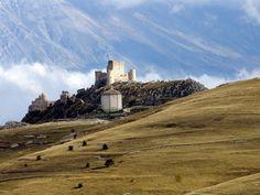 Rocca Calascio #borghi d'Italia  #italy #abruzzo #appennini #mountaintop #castle #church