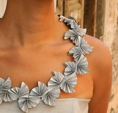 The Kipul collection involves folded paper sheets, a bit like origami. Origami Jewelry, Paper Jewelry, Fabric Jewelry, Paper Beads, Jewelry Art, Jewelry Design, Origami Necklace, Jewellery Diy, Modern Jewelry