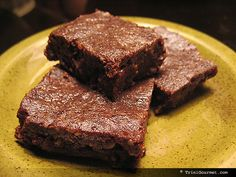livevgn:  Raw vegan brownie recipe Ingredients: 1 cup raisins 1 cup almonds 1/2 cup cocoa powder Directions: Place raisins, almonds and cocoa powder in a food processor or blender. Blend until a 'dough' forms. Press dough into a 8x8 pan. Slice and serve.