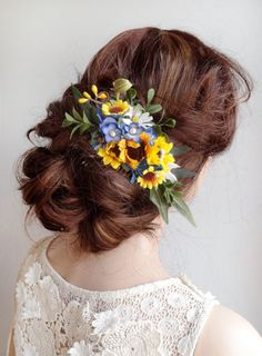 Perfect for a country wedding! Gorgeous floral hairpiece combining sunflowers, forget-me-nots, boxwood foliage, and chicory. – SIZE: approximately 4.5 (main floral cluster, excluding wispy leaves) – COLORS: yellow, royal blue, white, green – ATTACHES: with a metal hair comb – MADE TO ORDER, ships in 1-2 weeks. Rush service also available. –––– SHIPPING / POLICIES –––– I ship world-wide. All items are carefully made to order, and are final sale. Please review my shop policies before…
