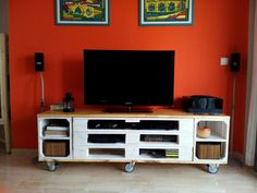 Mueble TV con palets y cajas de fruta.  Hecho en casa