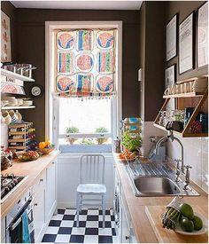 Zaujímavý interiér kuchyne s pekným závesy na okná.