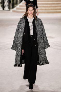 Chanel Pre-Fall 2020 Fashion Show - Vogue 2020 Fashion Trends, Fashion Week, Fashion 2020, Runway Fashion, High Fashion, Fashion Brands, Winter Fashion, Haute Couture Style, Couture Mode