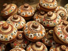 The handicrafts making tradition is thousands of years old Pakistani custom which is evident from the ancient excavations of Indus Valley, Harappa and Mohen-jo-Daro civilizations. Pakistan Images, Pakistan Zindabad, Pakistan Travel, Pakistan Tourism, Pakistan Fashion, Blue Pottery, Pottery Art, Painted Pottery, Pakistani Culture