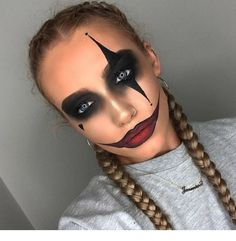 Are you looking for ideas for your Halloween make-up? Browse around this site for cute Halloween makeup looks. Maquillage Halloween Zombie, Disfarces Halloween, Halloween Zombie Makeup, Maquillage Halloween Simple, Scary Clown Makeup, Simple Halloween Makeup, Halloween Inspo, Clown Halloween Costumes, Jester Costume