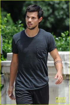 Taylor Lautner: 'Tracers' Shirt Lift! | taylor lautner tracers shirt lift 03 - Photo Gallery | Just Jared