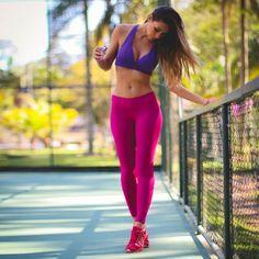 Temporada que invita a salir a correr con más frecuencia o motivarse para iniciarse en la práctica de este deporte. Una vez que hemos tomado esta decisión viene el momento de situarse delante del armario y ver las prendas de las que disponemos. En este artículo te traemos algunos consejos.