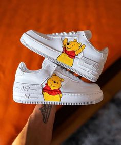 Winnie the Pooh Eticheteaza un prieten care trebuie sa vada asta😊🤯 All Nike Shoes, Nike Shoes Air Force, White Nike Shoes, Hype Shoes, Custom Painted Shoes, Custom Shoes, Jordan Shoes Girls, Girls Shoes, Zapatillas Nike Air Force