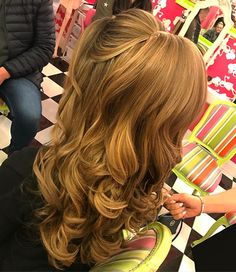 Big bouncy hair half up a pony and half down hairstyle  #weddinghair #hairstyles #ponyhair #halfuphair #upstyle #hair