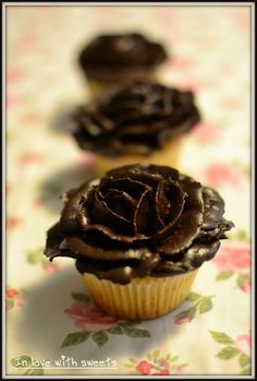 In love with sweets: Roses Cupcakes