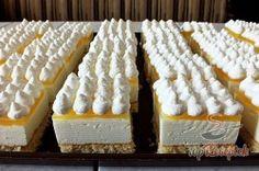 Egy igazi frissítő és krémes sütemény. A kissé fanyar habos citromos kockának számos változata létezik, nálunk ez az, ami a legjobban ízlik. A tésztája puha, a krémje isteni, a zselé pedig az egészet még jobban feldobja. Én még tejszínhabbal is díszítem, hogy még kívánatosabb legyen, de nélküle is kiváló desszert. Az elkészítése szerintem pofonegyszerű, nem kell hozzá túl sok tapasztalat, így kezdő szakácsok is bármikor hozzáfoghatnak az elkészítéséhez. Hungarian Desserts, Hungarian Recipes, Torte Cake, Cake Bars, Individual Desserts, Czech Recipes, Cold Desserts, Sweet And Salty, Baked Goods