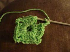Crochet paso a paso: 1) Cuadrado a crochet Crochet Necklace, Manta Crochet, Crochet Bebe, Afghans, Ideas, Knitting Scarves, Bed Covers, Crochet Square Patterns, Crochet Granny Squares