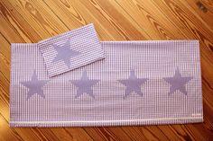 Diese wunderschöne Kinderbettwäsche mit lilafarbenen Sternen wurde von www.karobluemchen.blogspot.de mit Liebe selbst gefertigt.