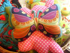 stuffed butterfly pillow Felt Crafts, Crafts For Kids, Butterfly Cushion, Softies, Baby Baby, Dyi, Stitches, Cushions, Diy Projects
