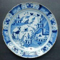 DELFT. Assiette ronde décorée en camaïeu bleu d'un paysage chinois. XVIIIème siècle