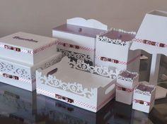 Confeccionado em Mdf. <br>Acabamento com tinta esmalte alto brilho. <br>Detalhes revestidos em tecido ou pintados na cor desejada. Acabamento em laço tipo channel. <br>O kit higiene é perfeito para a decoração e organização do quartinho do bebê. <br> <br>Este kit é composto por: <br> <br>Caixinha remédios <br>Caixa grande porta trecos <br>Fraldario <br>Lixeira <br>Bandeja <br>2 potes <br>Abajur