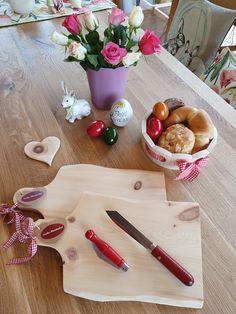 Unsere Jausenbretter aus Zirbenholz sind echte Tiroler Handarbeit und schmücken den gedeckten Ostertisch Cheese, Schnapps, Boards, Handarbeit, Timber Wood, Gifts