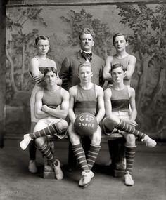121 Professional Vintage Sport Photos Taken Before 1925 ~ Crack Two Team Photos, Sports Photos, Old Photos, Group Photos, Georgetown Basketball, Georgetown Washington, Washington Dc, Mode Vintage, Reign Bash