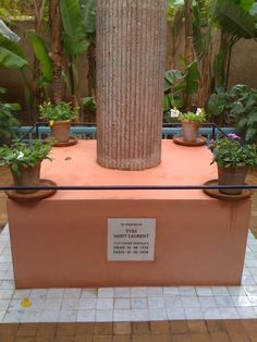 tombe du couturier français yves saint laurent jardin majorel marrakech
