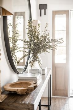 Home decor Olive Branch Entryway Decor Entryway Decor Ideas Branch decor Entryway Olive Unifying and Modern Entry, Modern Decor, Hallway Decorating, Entryway Decor, My Living Room, Living Room Decor, Simple Coffee Table, Coffee Tables, Deco Originale
