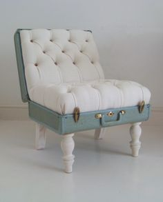 Suitcase chair included in these 20 DIY Vintage Suitcase Projects and Repurposed Suitcases. Create unique home decor using repurposed old suitcases! Recycled Furniture, Diy Furniture, Modern Furniture, Vintage Furniture, Furniture Design, Refurbished Furniture, Furniture Projects, Furniture Plans, Office Furniture