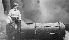 Cascate del #Niagara - Bobby Leach con il bidone usato nel tentativo di sfidare le rapide nel 1911