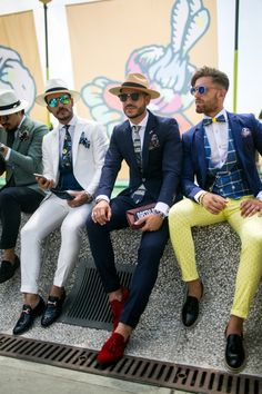 They Are Wearing Street Style at Pitti Uomo 92 is part of Mens fashion suits Pictures of the best street style looks as seen at Pitti Uomo 92 in Florence - Best Street Style, Cool Street Fashion, Sharp Dressed Man, Well Dressed Men, Derby Outfits, Dandy Style, Designer Suits For Men, Look Man, La Mode Masculine