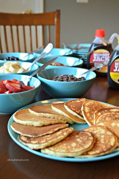 A build your own pancake bar is perfect for families with different tastes. Its also a fun way to create a perfect breakfast for parties, family gatherings and special events. Source by shirleegarver Look pijama Breakfast Buffet, Breakfast Pancakes, Pancakes And Waffles, Camping Breakfast, Pyjama Party Fille, Pyjamas Party, Birthday Breakfast, Birthday Brunch, 13th Birthday