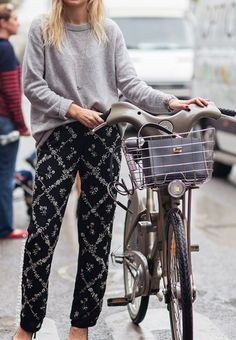 Style joggers Casual Weekend Outfit, Casual Outfits, Casual Pants, Looks Style, My Style, Look Fashion, Womens Fashion, Cycle Chic, Grey Blouse