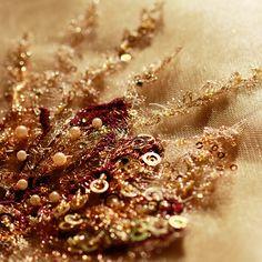 -Vestido Dorado- Brilla como el oro con este vestido largo con transparencias de Giovanna Maroso. Posee un bustier en corazón que te hará lucir sexy y atrevida sin abandonar la elegancia. http://www.elretirobogota.com/esp/?dt_portfolio=giovanna-maroso