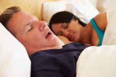 dormir con hombre roncando