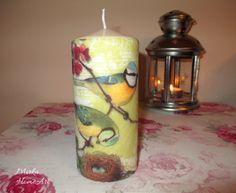 Sviečka zdobená dekupážou v štýle vintage s motívom pohľadnice s vtáčikmi. Použité špeciálne lepidlo na sviečky, ktoré je nehorľavé a pri horení bez zápachu.  http://www.sashe.sk/HomeArt/detail/sviecka-vtaciky