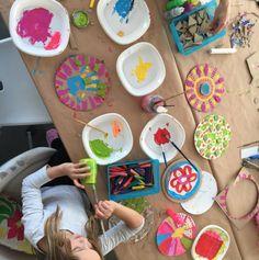Taller Creativo a partir del libro VACÍO. Pinta círculos que representan los vacíos y después colócalos en el personaje de Julia. © Anna Llenas. VACÍO de Anna Llenas © Barbara Fiore Editora