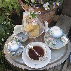 Adorable juego de té en suave color celeste!