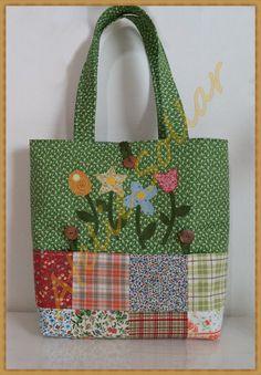 Bolsa em patchwork, confeccionada em tecido 100% algodão, nacionais e importados, bordada em apliquê com flores, bem estruturada com manta acrílica e botão imantado. Possui um grande bolso frontal externo e pode ser lavada à máquina normalmente. ................................... Importante .....