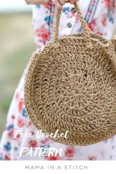 Circle bags are all over the stores this summer and this airy jute version is super simple to crochet! You'll see the free pattern below as well as a picture tutorial to help you along (the… Free Crochet Bag, Crochet Diy, Crochet Purses, Crochet Handbags, Crochet Hooks, Crochet Summer, Crochet Skirts, Flower Crochet, Crochet Stitch